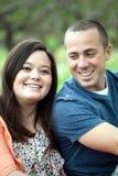 Lyckliga par tillsammans utomhus Fotografering för Bildbyråer