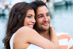 Lyckliga par tillsammans utomhus Arkivbilder