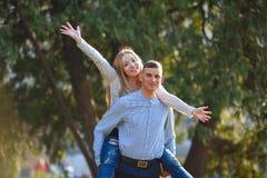 Lyckliga par tycker om semester i parkera royaltyfria foton
