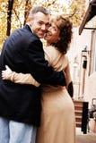 lyckliga par utomhus Fotografering för Bildbyråer