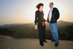 lyckliga par utomhus royaltyfri bild