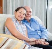 Lyckliga parmorföräldrar i huset Arkivbild