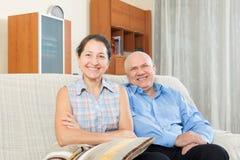Lyckliga parmorföräldrar i huset Arkivbilder