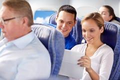 Lyckliga passagerare med kaffe som talar i nivå arkivfoto