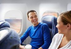 Lyckliga passagerare med kaffe som talar i nivå royaltyfri fotografi