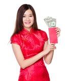 Lyckliga pengar för kvinnahåll med USD Royaltyfri Bild