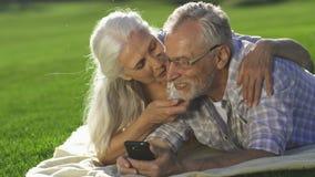 Lyckliga pensionärer för Closeup som tycker om den moderna apparaten arkivfilmer