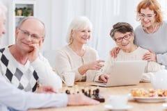 Lyckliga pensionärer i avgånghem arkivfoto