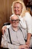Lyckliga pensionärer kopplar ihop förälskat hemmastatt. Arkivbild