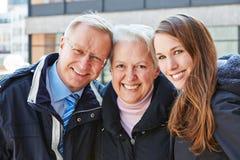 Lyckliga pensionärer med barnbarnet Arkivbild