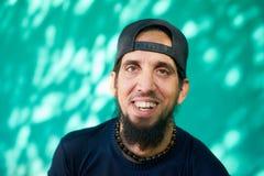 Lyckliga Person Portrait Of Hispanic Man med att skratta för skägg Arkivfoton