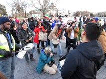 Lyckliga personer som protesterar på USA-Kapitolium Arkivfoto