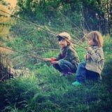 Lyckliga pojkar går att fiska Fotografering för Bildbyråer