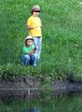 Lyckliga pojkar går att fiska Arkivbilder