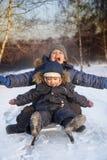 Lyckliga pojkar på släden Royaltyfri Bild