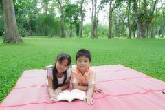 Lyckliga pojke och flicka Arkivbild