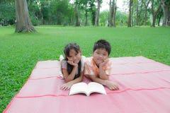 Lyckliga pojke och flicka Arkivfoton