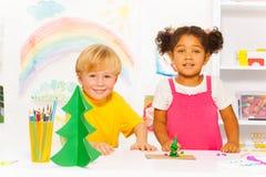 Lyckliga pojke- och flickadanandeformer av att spela deg Royaltyfri Foto