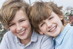 Lyckliga pojkebarnbröder som tillsammans ler Arkivfoton