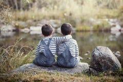 lyckliga pojkebröder kopplar samman två Arkivfoto