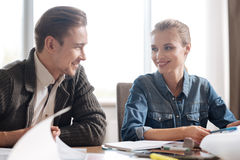 Lyckliga positiva kollegor som tycker om deras jobb arkivbilder