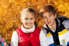 Lyckliga pre tonåriga par Royaltyfri Bild