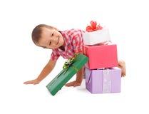 lyckliga presents för pojke Arkivbild