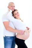 Lyckliga presumtiva föräldrar tillsammans. arkivfoton
