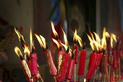 Lyckliga röda stearinljus på kinesisk dag för nytt år arkivbilder