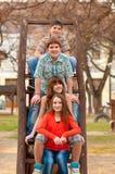 lyckliga roliga flickor för pojkar ha tonårs- Royaltyfri Bild