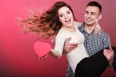 Lyckliga romantiska par med hjärta Arkivbilder