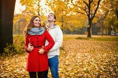 Lyckliga romantiska par parkerar in royaltyfri bild