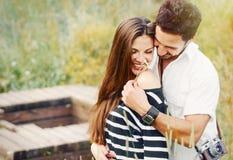 Lyckliga romantiska par som är förälskade och har gyckel med tusenskönan, skönhet arkivfoton