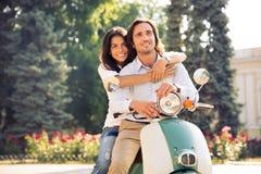 Lyckliga romantiska par som kramar på sparkcykeln Royaltyfria Foton