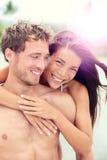 Lyckliga romantiska parvänner på strandbröllopsresa royaltyfria bilder
