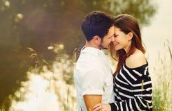 Lyckliga romantiska sinnliga par som är förälskade tillsammans på sommarvacatio Royaltyfri Fotografi