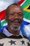 Lyckliga söder - afrikansk man och flagga Royaltyfri Bild