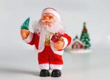 Lyckliga Santa Claus Doll på jultid färgrik bakgrundsbokeh Royaltyfri Bild