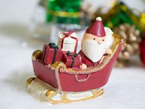 Lyckliga Santa Claus med gåvaasken på snösläden bakgrunden är juldekoren Santa Claus och juldekor på snön Fotografering för Bildbyråer