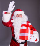 Lyckliga Santa Claus med giftboxes Arkivbild