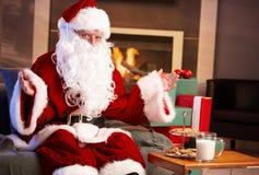 Lyckliga Santa med mjölkar och choklad kaka Royaltyfria Bilder