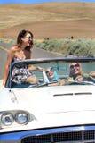 Lyckliga sexiga flickor i cabriolet arkivbilder