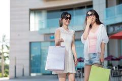 lyckliga shoppare arkivfoto