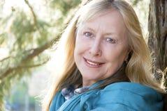 lyckliga sixties som ler kvinnan Arkivbild
