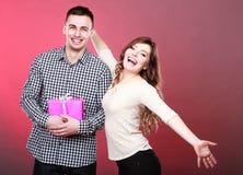 Lyckliga skämtsamma par med gåvaasken Royaltyfri Bild