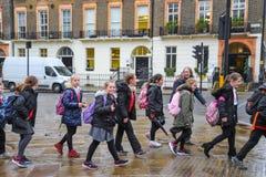 Lyckliga skolapojkar och flickor i London royaltyfria foton