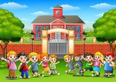 Lyckliga skolbarn i yttersida framdelen av skolabyggnad vektor illustrationer