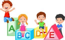 Lyckliga skolbarn som spelar med alfabetkvarter Arkivbild