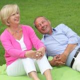 Lyckliga skratta åldringpar Royaltyfria Bilder
