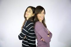lyckliga skratta modeller för kvinnlig Arkivbild